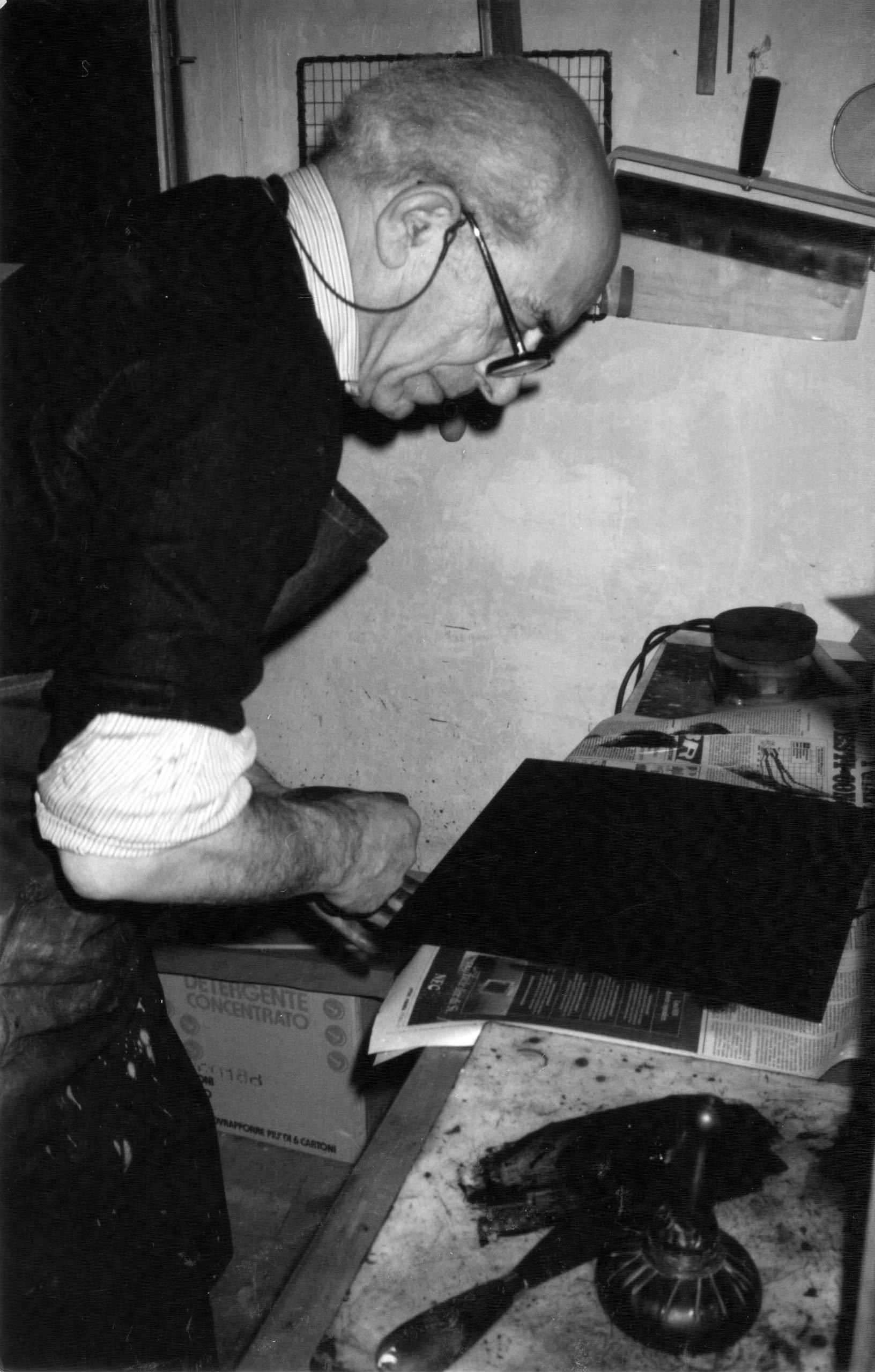 1_Renato Bruscaglia nel suo studio_1980